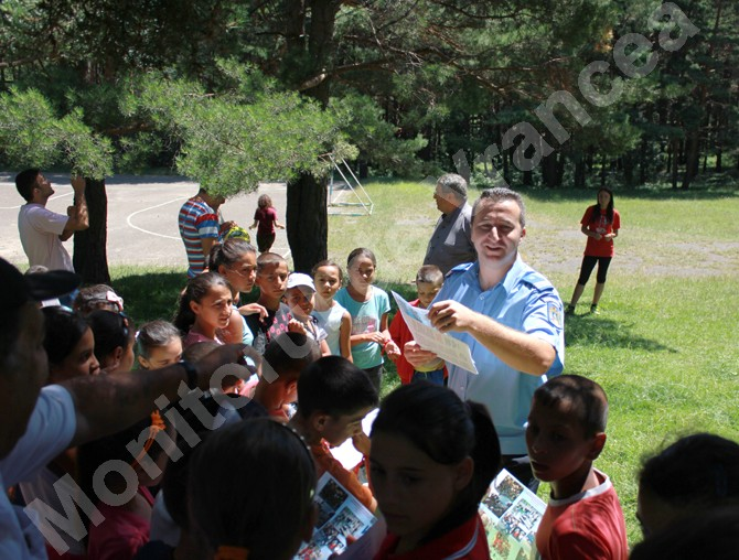 Copiii şi tinerii din tabăra Gălăciuc, vizitaţi de jandarmi