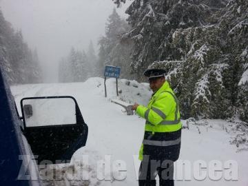 Zăpada căzută la 1 octombrie a închis în Vrancea drumuri naţionale şi şcoli