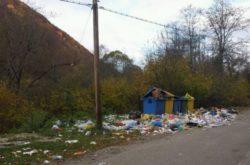 Staţiune de munte din Vrancea, invadată de gunoaie